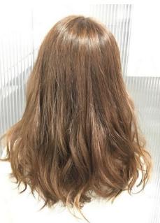お客様のなかには美容師のヘアアドバイスよりも、 自分の希望の髪型ヘアセットを優先する方も多いのも事実ですね♪ 今回のポニーテールをイメージした髪型はお客様の希望を叶えた、 毛先を遊ばせたヘアセットです。
